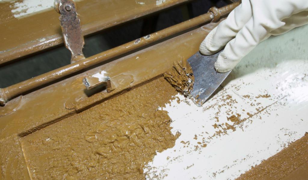 Come-sverniciare-superfici-in-legno,-ferro,-metallo,-cemento-e-muri